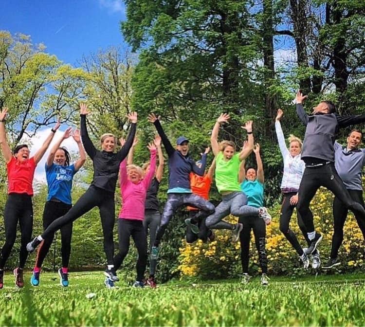 Spring in the air, een groep mensen die in het voorjaar in de lucht springen