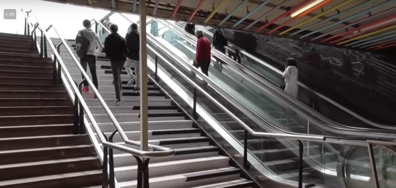 Mensen lopen op pianotrap Rotterdam
